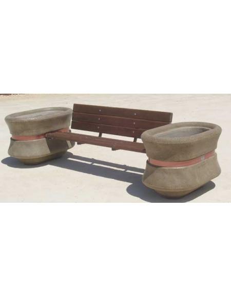 Panchina in legno fra due fioriere in cemento panchine for Fioriere arredo urbano