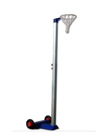 Impianto netball mobile su ruote con canestro ad altezza regolabile. Canestro in acciaio verniciato con retina di nylon